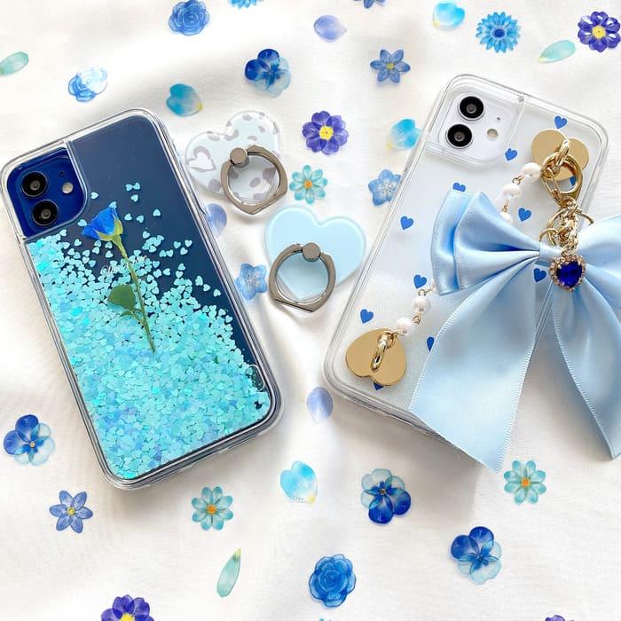 青いスマホケースの写真